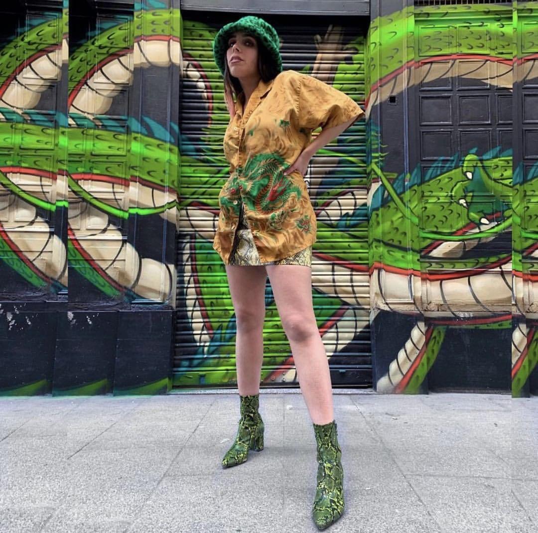 Modelo de Magpie (tienda de ropa vintage en Madrid) posando frente a un graffiti
