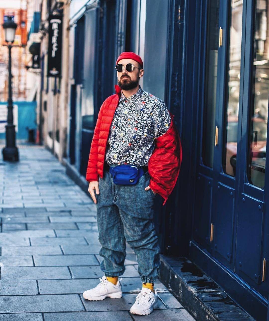 Chico modelo de Magpie (tienda de ropa vintage en Madrid) en la calle con chaqueta roja y gafas de sol.