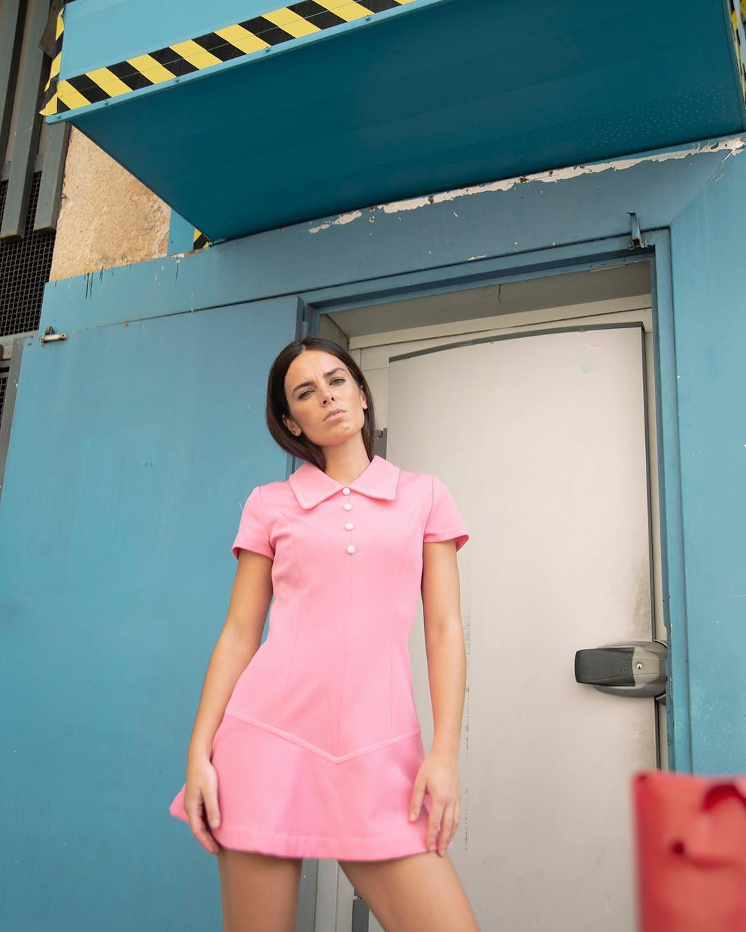 Modelo de Magpie (tienda de ropa vintage en Madrid) con vestido rosa