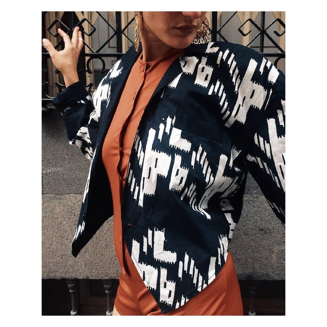 Undergraound Moda (tienda de ropa vintage en Madrid) chaqueta negra con formas blancas.