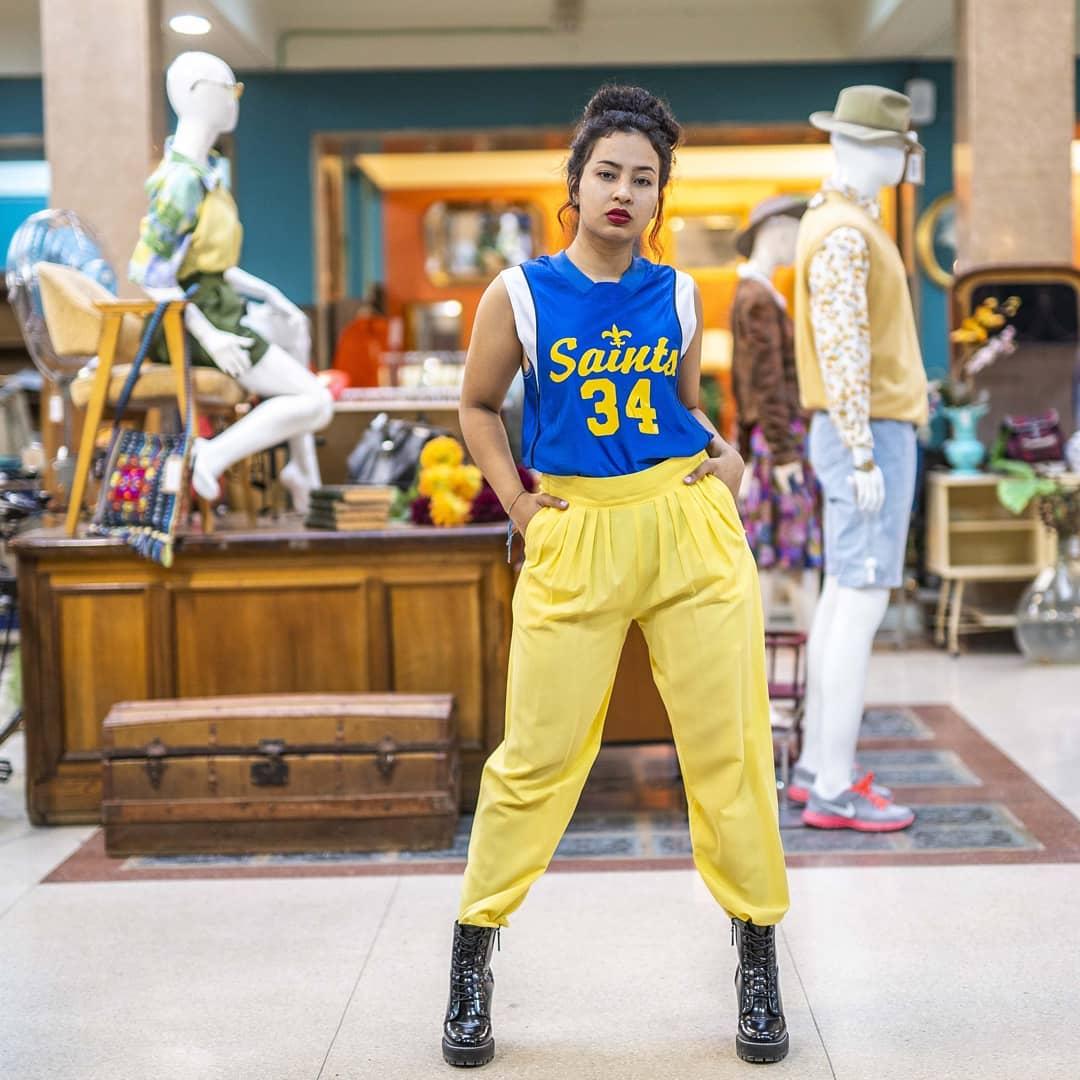 Modelo de Vintalogy, una tienda de ropa vintage en Madrid.