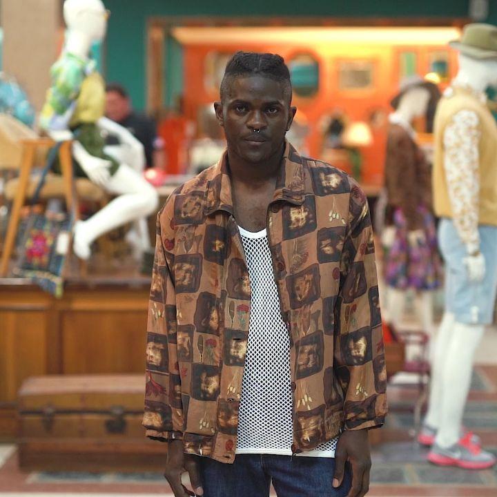 Tiendas de ropa vintage en Madrid: Vintalogy y su modelo con chaqueta marrón.